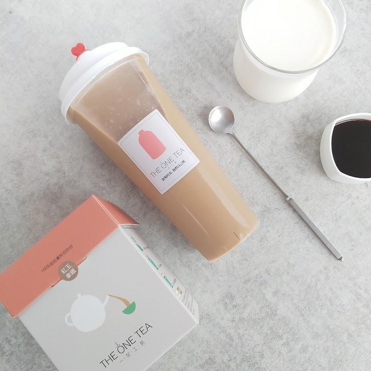 忙碌的日子,就用紅玉拿鐵「甘一杯」吧!頂級紅玉紅茶,加上鮮奶、手工熬煮的糖水,才能調和出芳醇、回甘的好滋味。冰飲舒心,熱飲暖胃,你想選哪一種?