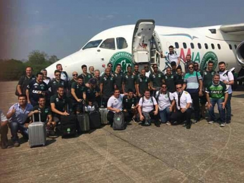 Foto da equipe da Chapecoense antes de entrar no avião