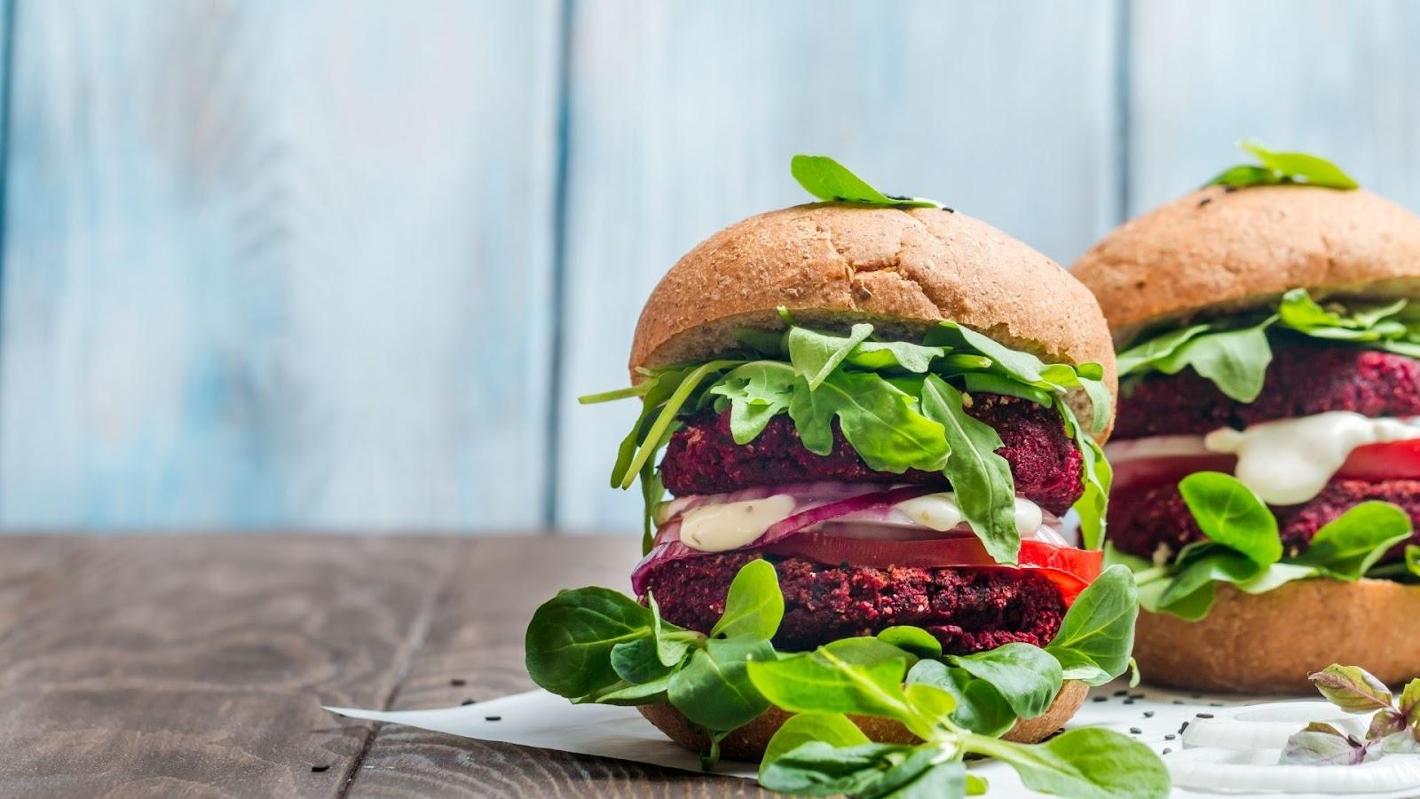 burgers vegetariens avec betteraves et salade