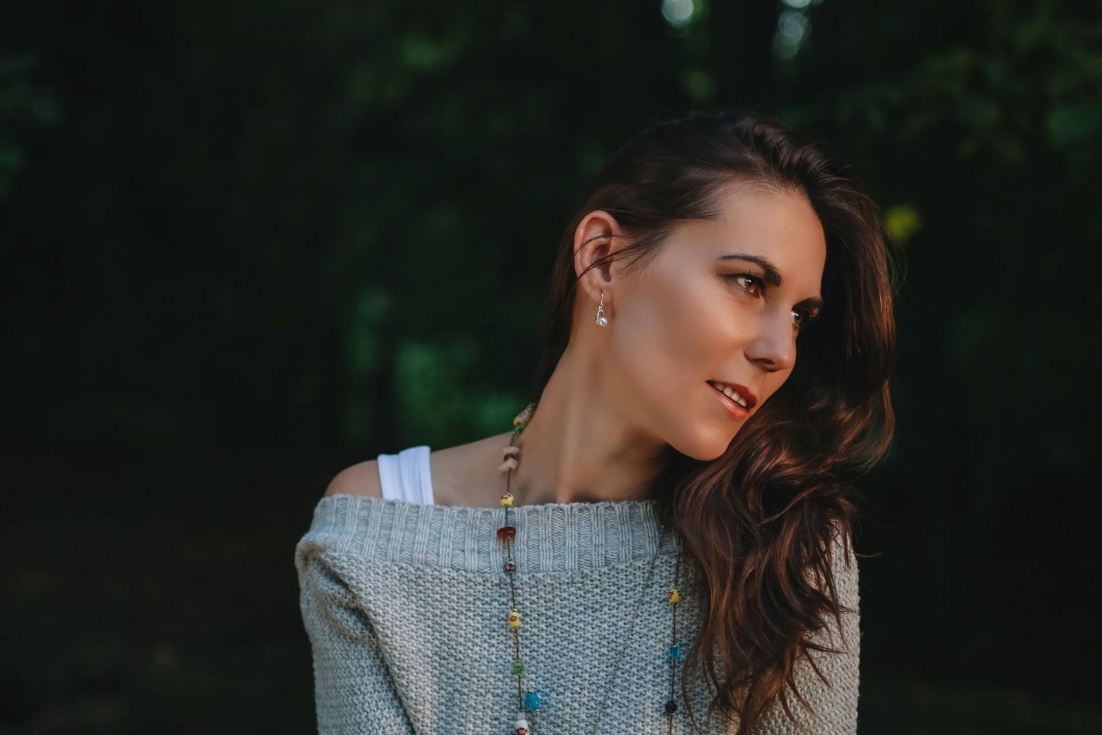 donna-orecchini-collana-maglione