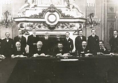 Джордж Керзон и Дэвид Ллойд Джордж (сидят второй и третий слева) на одном из международных форумов после Первой мировой войны. Они спорили о ближневосточной политике, но действовали слаженно в вопросах Восточной Европы