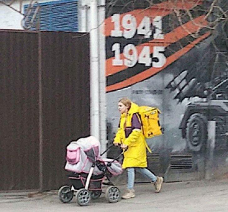 Lada Koroleva repartidora de comida caminando en la calle con su carriola