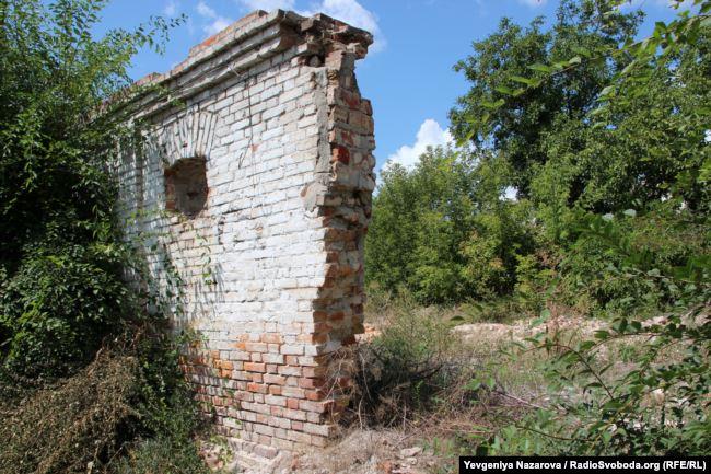 Розвалини комори, в фундамент якої було замуровані менонітські надгробки