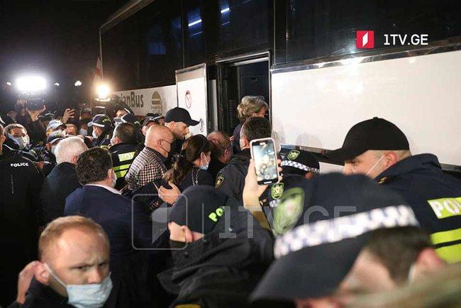 У Тбілісі відбулися протести через Познера, який приїхав святкувати день народження: готель, де він зупинився, закидали яйцями 01