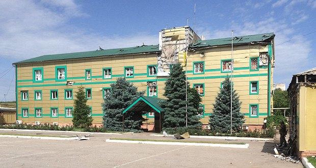 Будівля Луганського прикордонного загону після обстрілу
