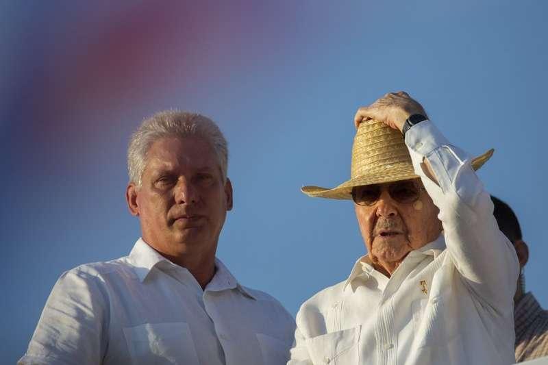 古巴國務委員會第一副主席迪亞斯卡內爾(左)與主席勞爾.卡斯楚。(美聯社)