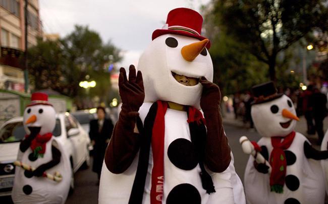 Người tuyết diễu phố trong cuộc tuần hành Giáng sinh ở La Paz, Bolivia.