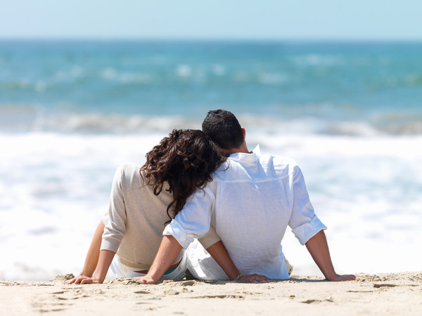 Мужчина и женщина на побережье