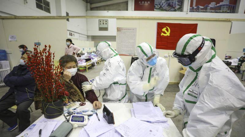 Medizinisches Personal inWuhan betreut Patienten mit Symptomen des Coronavirus in einem provisorischen Krankenhaus.