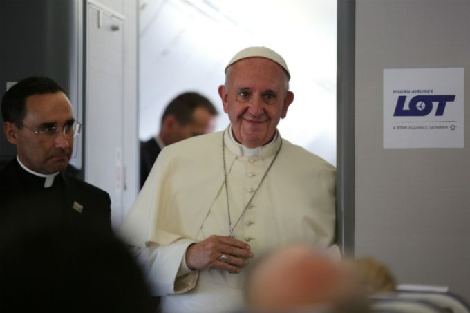 Pope Francis speaks to reporters aboard the papal flight from Krakow to Rome, July 31, 2016. Credit: Alan Holdren/CNA.