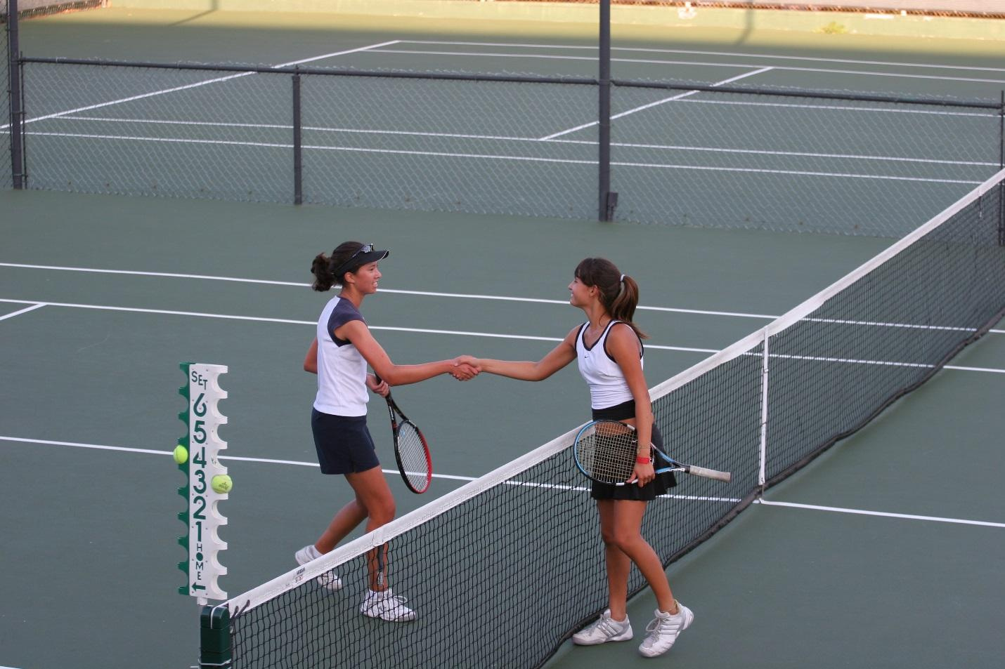 https://upload.wikimedia.org/wikipedia/commons/d/d9/Tennis_shake_hands_after_match.jpg