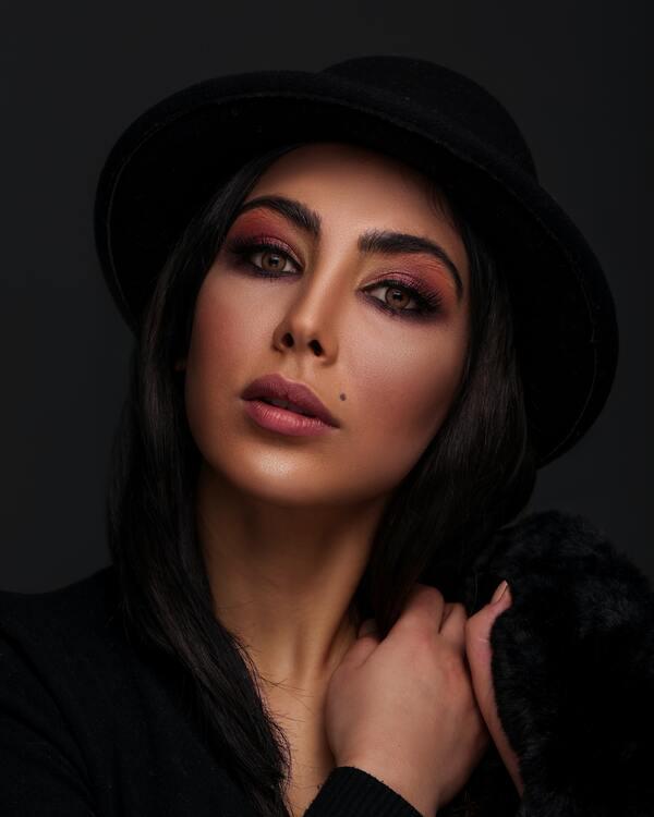 foto de uma mulher morena com chapéu preto