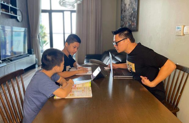 Dàn sao Việt háo hức cho con khai giảng trực tuyến, hài nhất là màn tự dìm hàng của con trai Xuân Bắc - Ảnh 2.