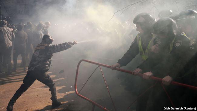 «Національні дружини» та «Національний корпус» неодноразово влаштовували акції протесту під Адміністрацією президента