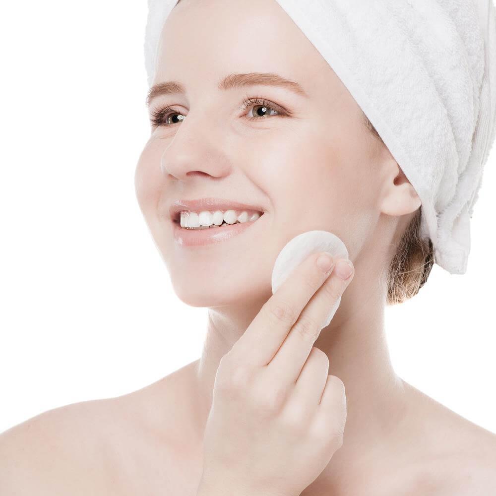 Không thể thiếu nước hoa hồng trong các bước chăm sóc da