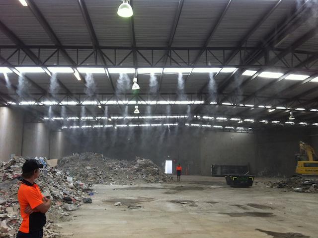 Máy phun sương được lắp đặt để giảm thiểu bụi bẩn trong công trường