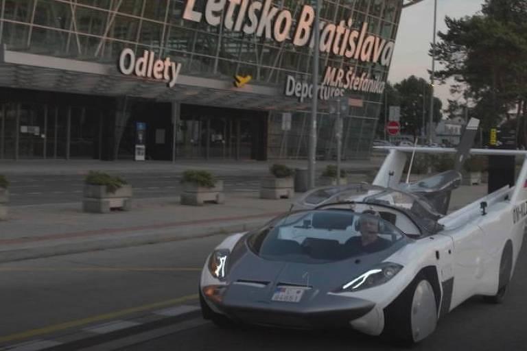 Carro híbrido AirCar é fotografado na rua