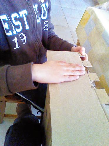 Forramos la caja con papel de embalar.