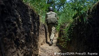 Український військовий в окопах на лінії фронту на Донбасі (архівне фото)