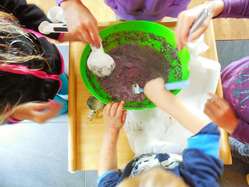 Science for toddlers: baking soda and vinegar ice cubes experiment by Welcome to Mommyhood