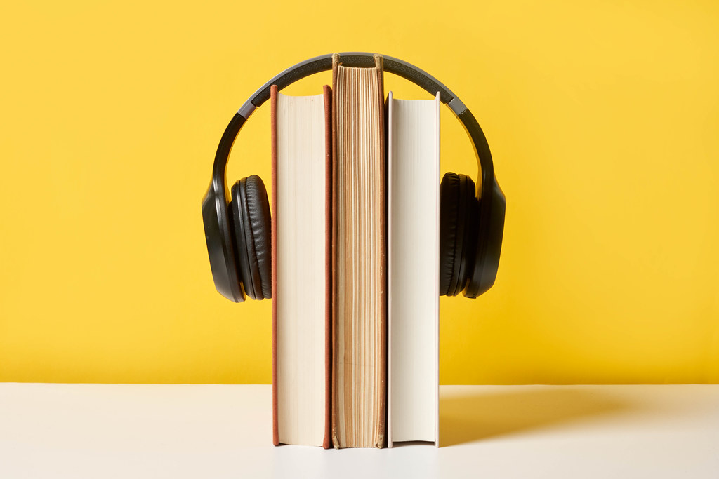 Headphone hanging on a text book | 💾 Marco Verch is a Profe… | Flickr