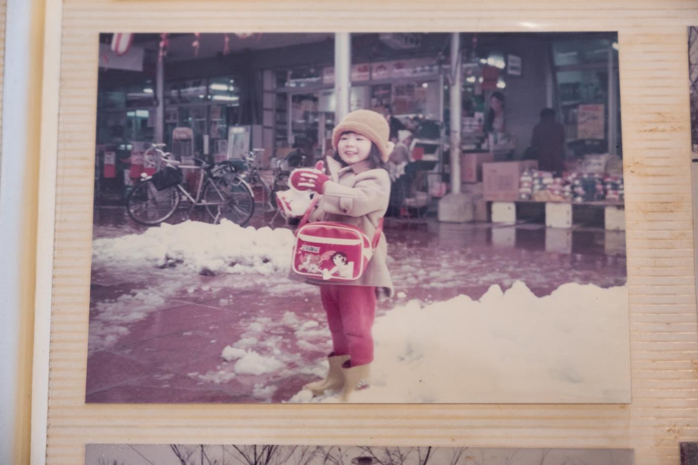 建物, 窓, 写真, 女の子 が含まれている画像  自動的に生成された説明