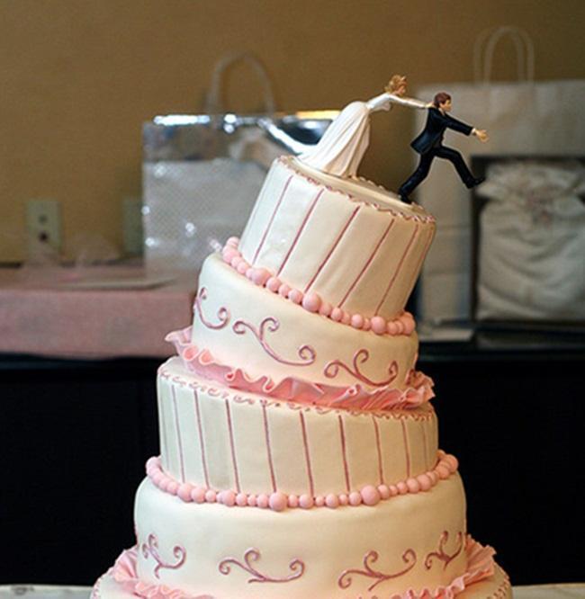 """""""Chạy đâu cho thoát"""" là chủ đề của chiếc bánh cưới độc đáo được nhiều cặp uyên ương lựa chọn để tô điểm cho đám cưới của mình."""
