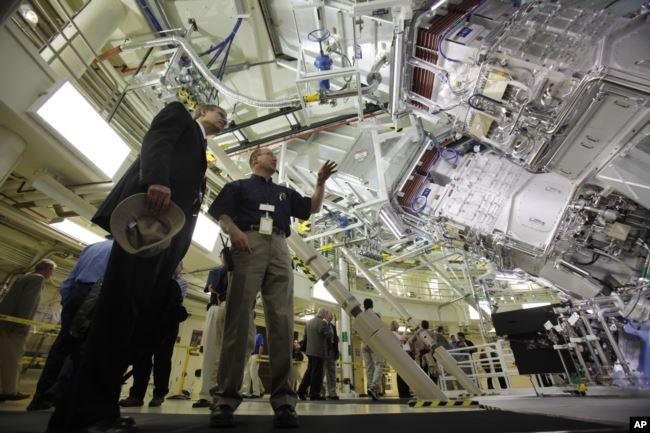 Сотрудник министерства энергетики США Стивен Экстрэнд (слева) во время визита в Национальный комплекс лазерных термоядерных реакций (National Ignition Facility) в городе Ливермор вместе с сотрудником Центра Марком Джексоном, 29 мая 2009