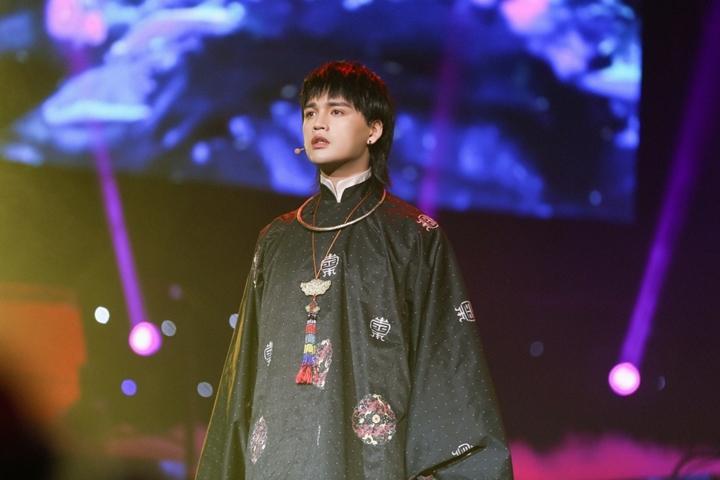 Nguyễn Trần Trung Quân lần đầu cover Chân Ái trên sân khấu được dàn dựng  công phu, hé lộ về màn comeback năm 2021