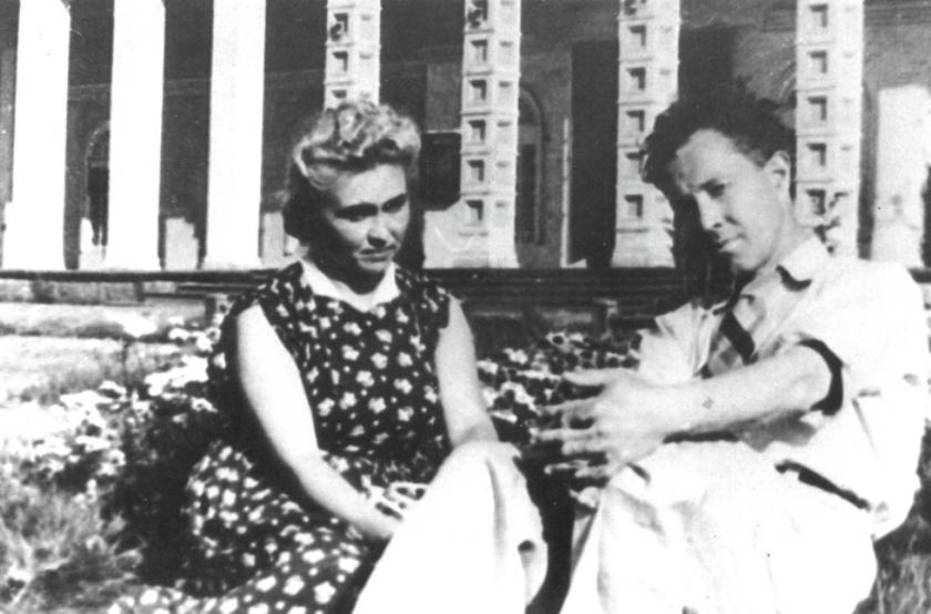 Елена Владимировна и Алексей Алексеевич Марковы у входа в Воркутинский музыкально-драматический театр.
