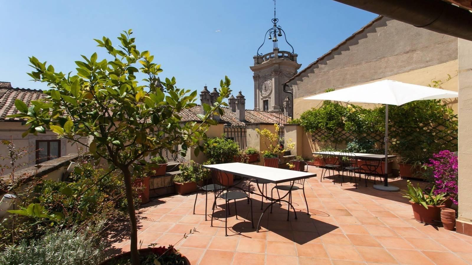 Un jardín de una casa  Descripción generada automáticamente con confianza media
