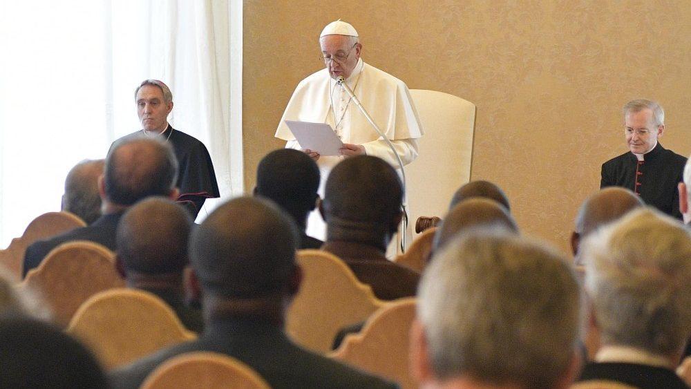 Đức Thánh Cha nói với Hội Truyền Giáo Châu Phi: 'Anh em là một gia đình đầy niềm vui và phát triển,' là những người thậm chí có lúc liều mạng sống để rao giảng phúc âm