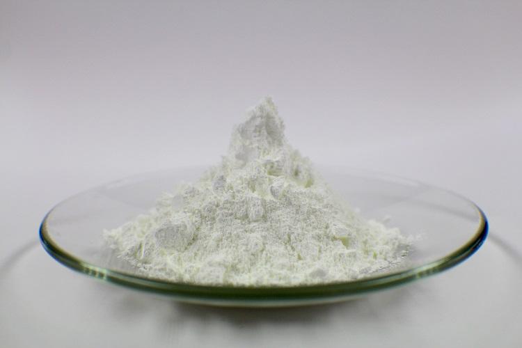 óxido de zinc, oxido de cinc, presentación en polvo blanco sobre un plato de vidrio