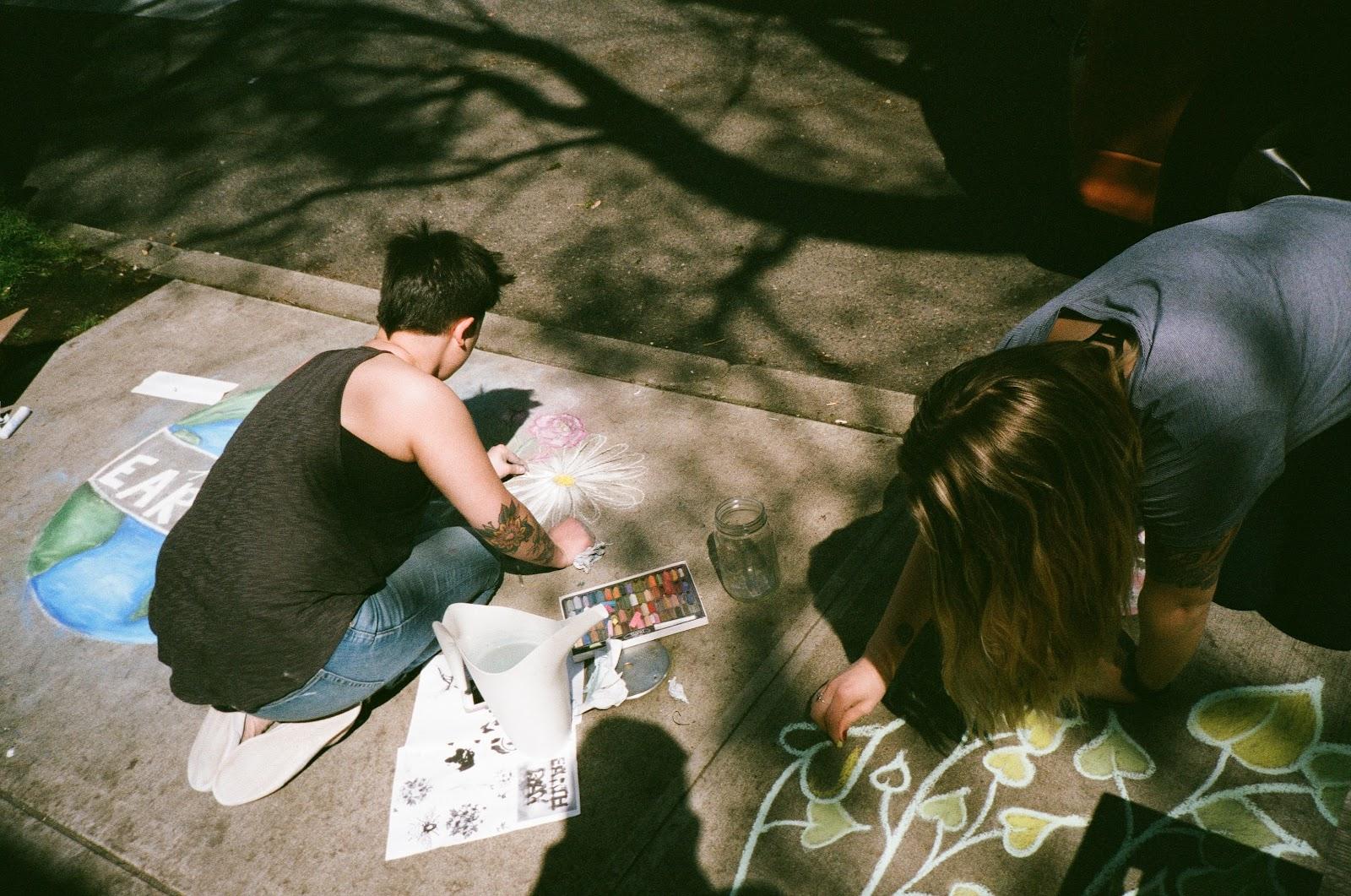 photo représentant des participants en train de réaliser une oeuvre artistique commune