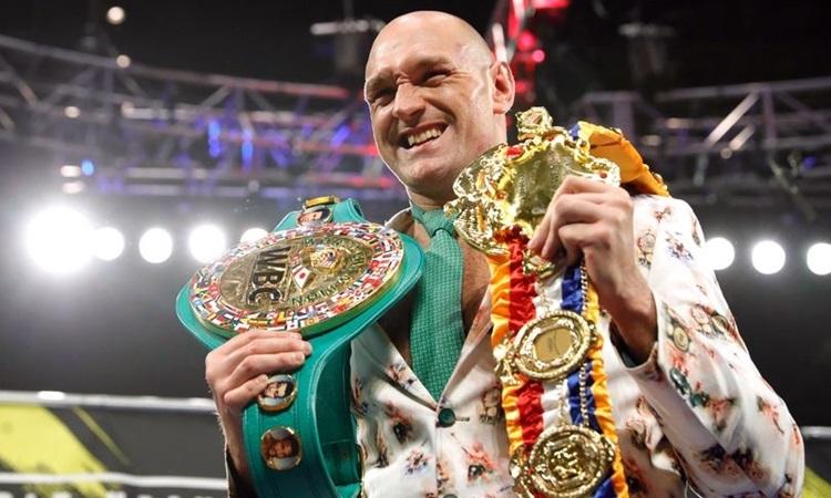 Tyson Fury bên chiếc đai WBC thế giới vừa giành được. Ảnh: Reuters.