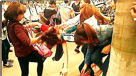 Image result for hình ảnh về nữ sinh đánh nhau xé nội y