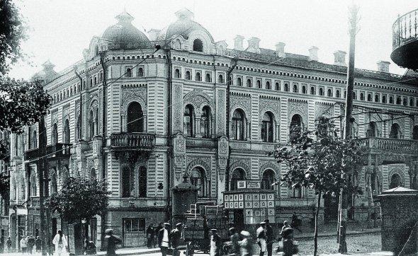 """Будинок нарозі теперішніх Прорізної таПушкінської вулиць уКиєві, фото 1930-х. Уньому провели бенкет ізнагоди встановлення влади Директорії уКиєві 19грудня 1918року. Споруду звели в1880-х умавританському стилі. НапочаткуХХстоліття підприємець Лев Бродський облаштував уньому клуб """"Конкордія"""". Більшість його членів– заможні євреї, проводили час загрою вкарти. 1918року приміщенням користувалося українське об'єднання """"Родина"""". Після встановлення радянської влади тут був єврейський клуб """"Комфон"""", із1927року– """"Будинок вчених"""". Знищений під час бомбардувань 1941-го"""