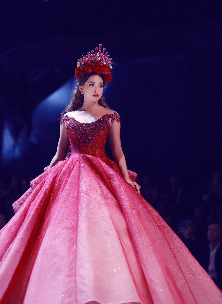 Tiểu Vy, Mỹ Linh làm vedette sàn catwalk - VnExpress Giải trí