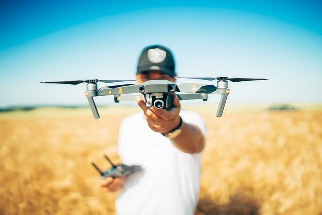 Com um maior controle da lavoura e a ajuda de drones, é possível controlar a distribuição de insumos de forma precisa. (Fonte: Unsplash/Reprodução)