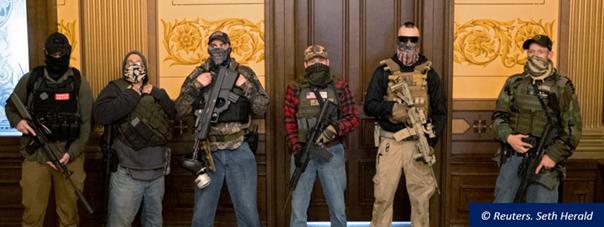 Des manifestants armés dénoncent les mesures de confinement, le 30 avril 2020, à l'intérieur du Capitole du Michigan.