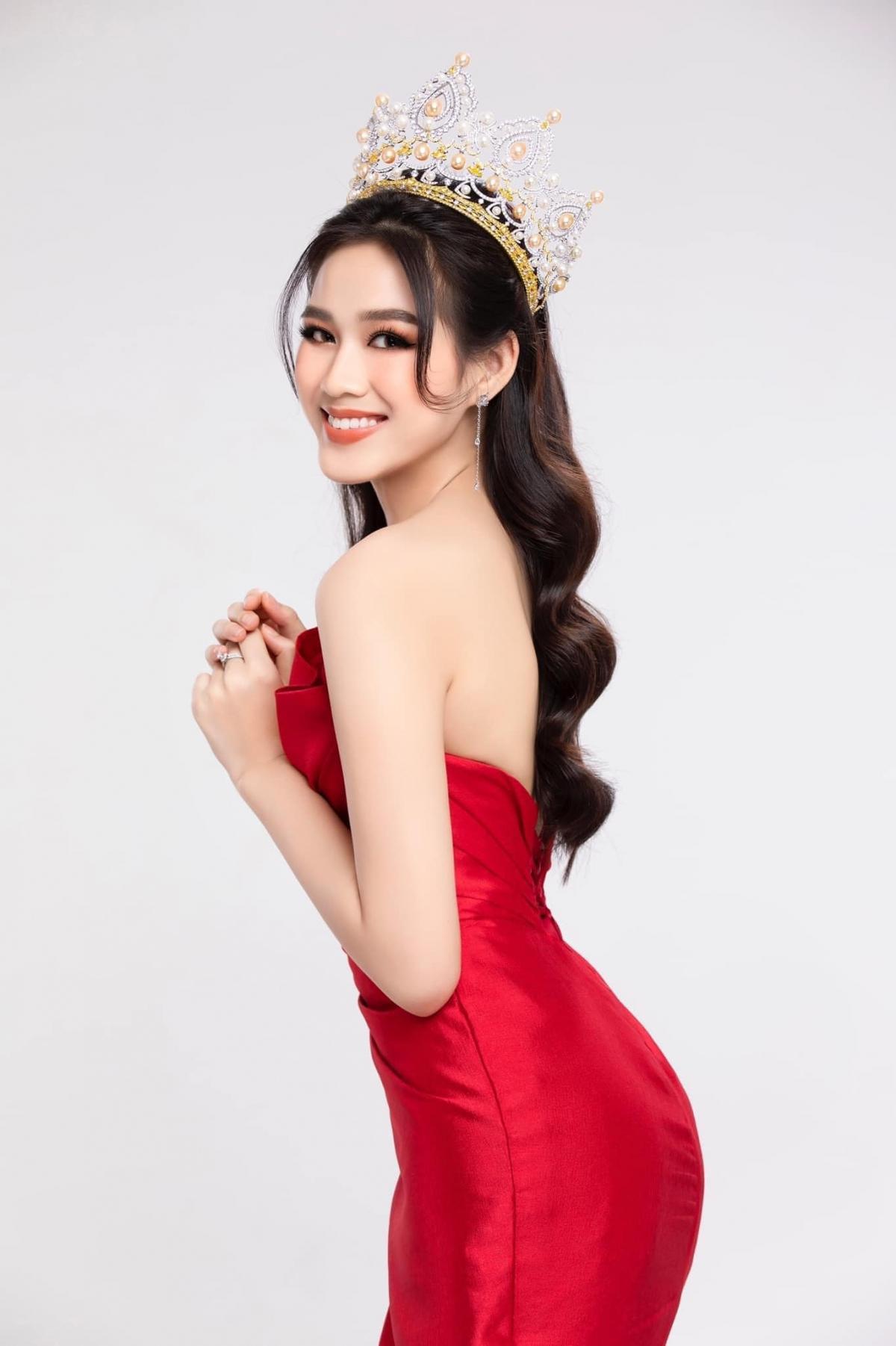 Hoa hậu Đỗ Thị Hà khoe vóc dáng chuẩn đồng hồ cát trong bộ ảnh mới