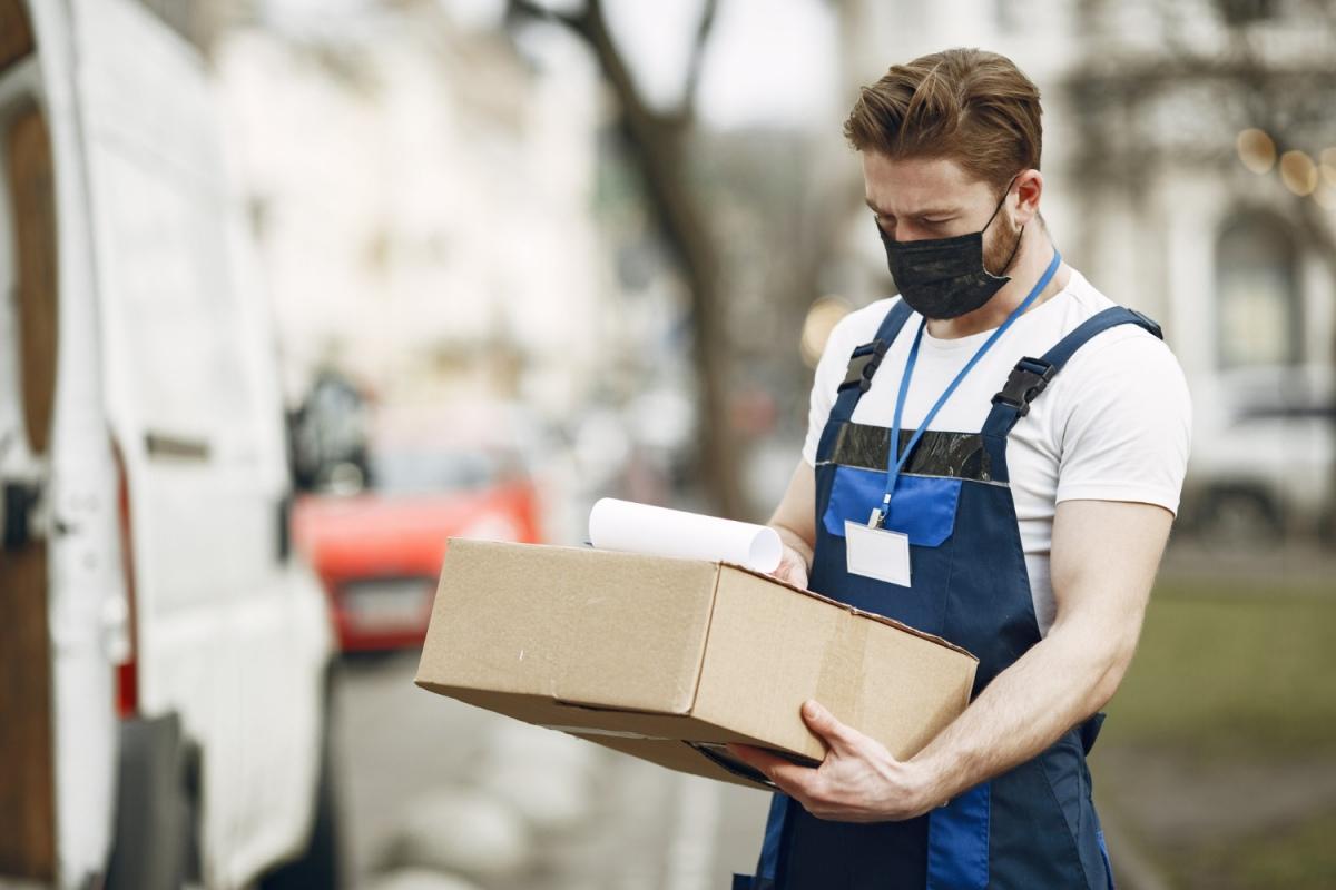 A modalidade de frete da Buslog disponível no Melhor Envio é aquela onde o lojista posta a encomenda no balcão e a empresa realiza a entrega no endereço do destinatário. (foto: Freepik)