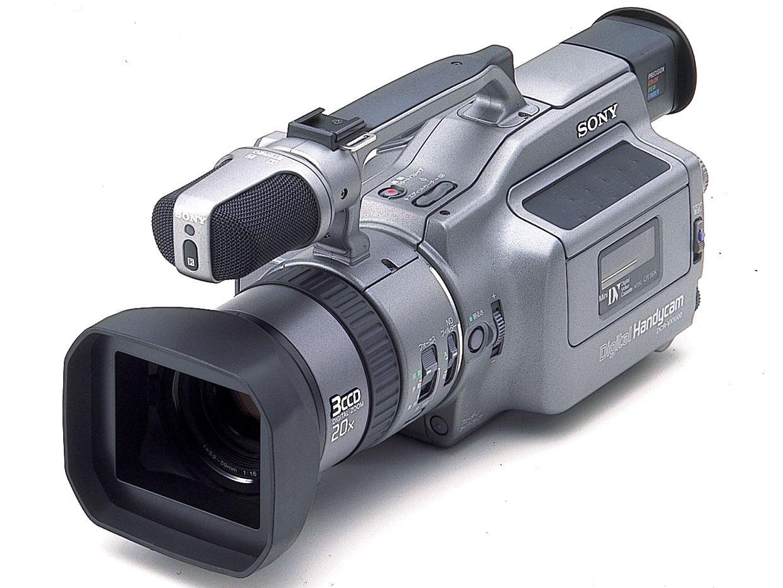 На фото – видеокамера старого образца