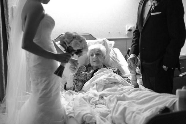 Novio sorprende a su abuela con una visita el día de su boda