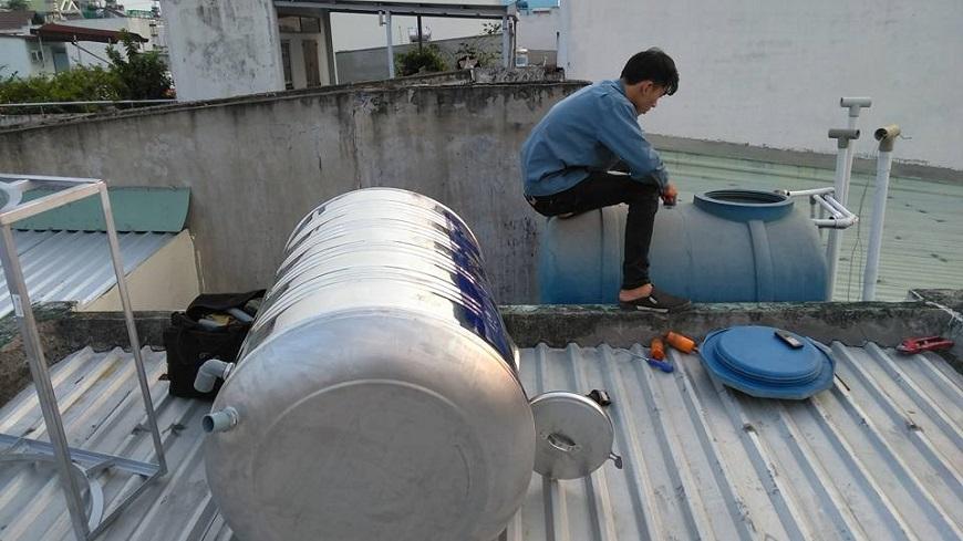 Thau rửa bể đựng nước để đảm bảo vệ sinh