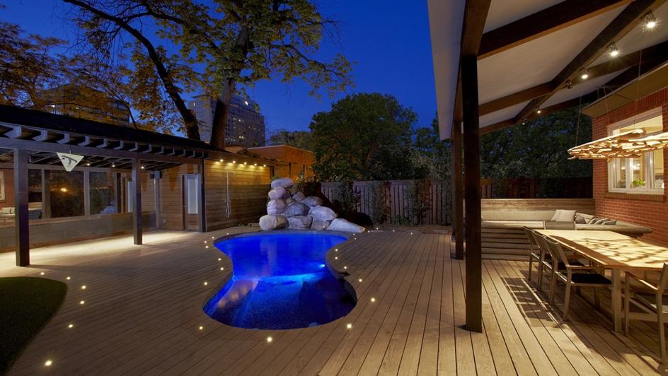 Holzterrasse mit einem luxuriösen Gefühl