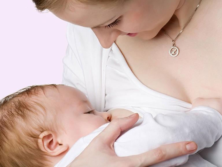 Nuôi con bằng sữa mẹ giảm nguy cơ ung thư vú