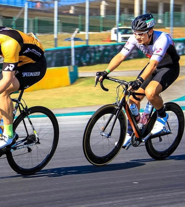 Guilherme andando de bicicleta.