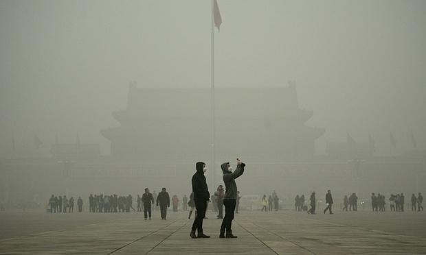 Quảng trường Thiên An Môn tại Bắc Kinh mịt mờ khói bụi hôm 1/12 (Ảnh: AFP)