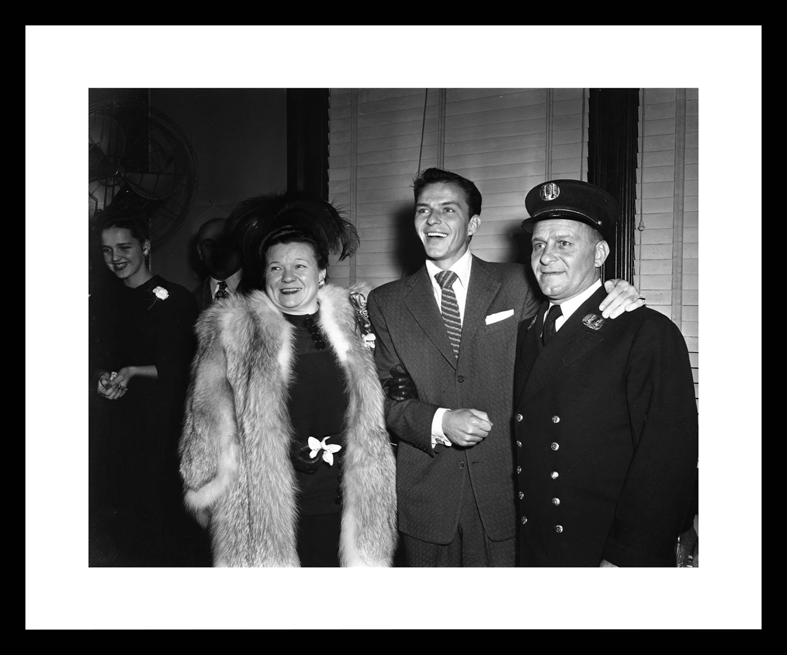 bk0018_-_frank_sinatra_with_his_parents_resized.jpeg